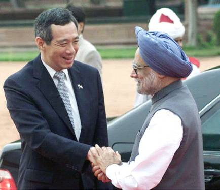 Prime Minister of Singapore, Mr. Lee Hsein Loong is received by Prime Minister Dr. Manmohan Singh during the Ceremonial Reception in New Delhi on June 29, 2005.