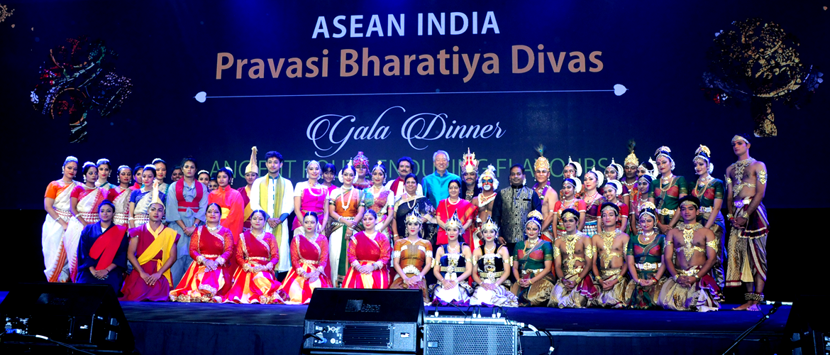 ASEAN India Pravasi Bharatiya Divas 2018,  Singapore Dignitaries with the cultural troupes at Gala Night