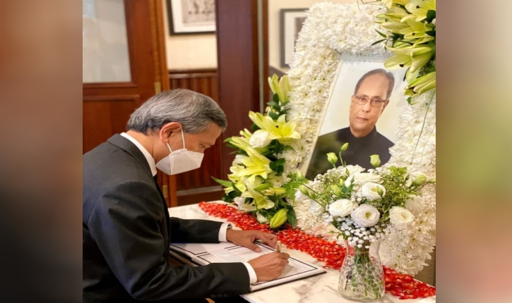 Minister for Foreign Affairs, Dr Vivian Balakrishnan, signing the condolence book opened for Shri Pranab Mukherjee.